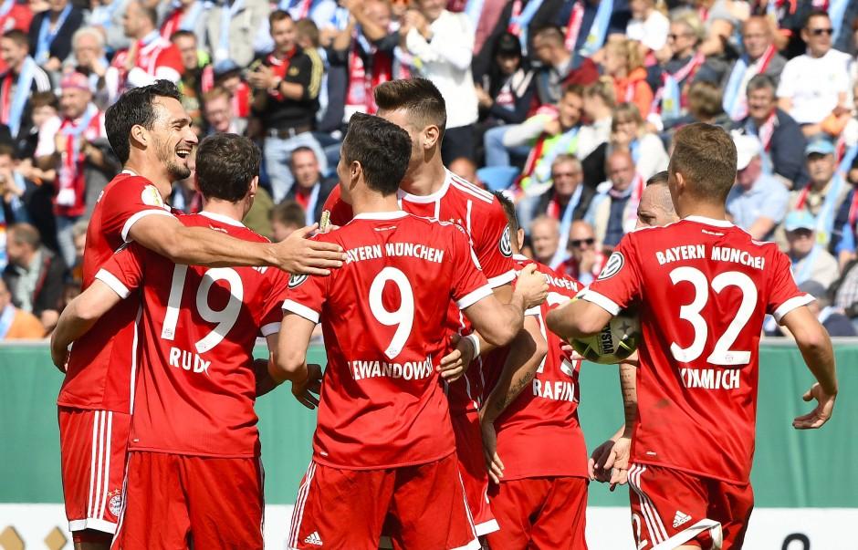 Die Spieler des FC Bayern München bejubeln den Treffer zum 1:0.
