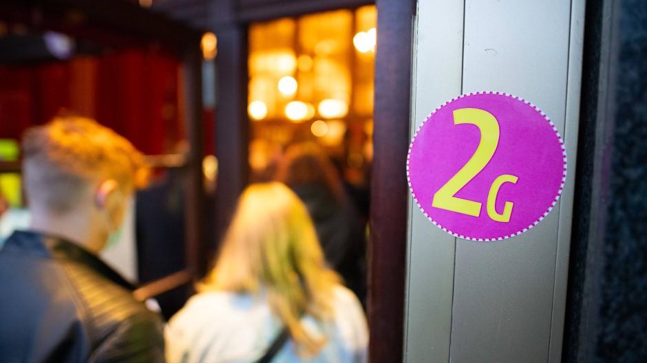 Ein Aufkleber mit der Aufschrift 2G am Eingang eines Theaters in Hamburg