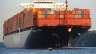 """Ein Containerschiff der Reederei Hapag-Lloyd der """"Hamburg-Express-Klasse"""" fährt die Elbe hoch."""