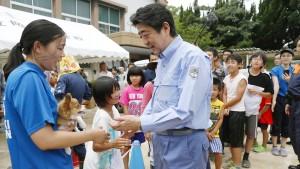 Japans Regierungschef Abe besucht Hochwassergebiete