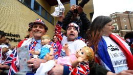 Hunderte Royal-Fans versammeln sich vor Klinik