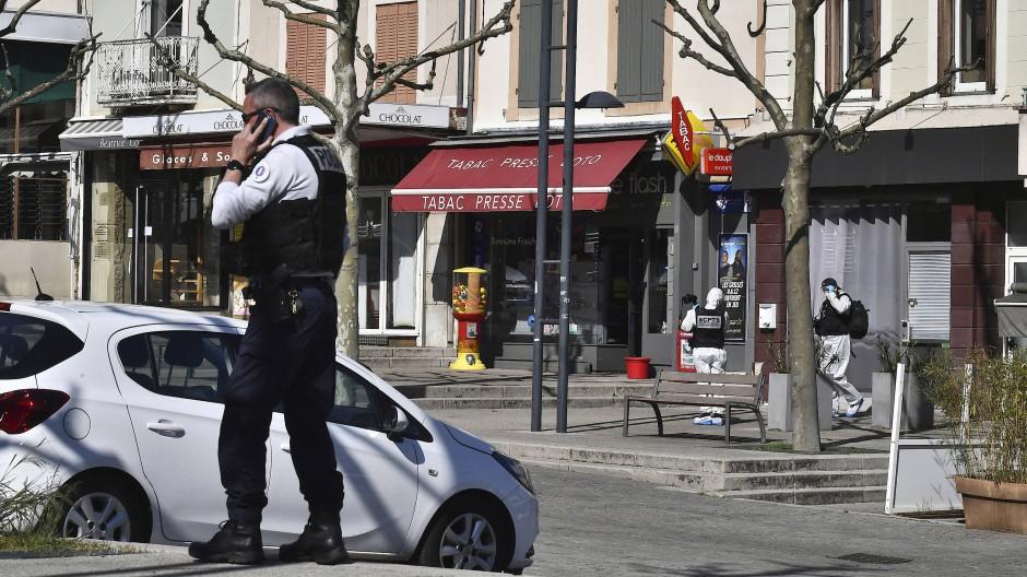 Nach einem Messerangriff in Romans-Sur-Isere sind am Samstag Polizei und Spurensicherung vor Ort.