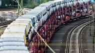 Transporter der Marke Volkswagen Nutzfahrzeuge stehen zur Auslieferung auf einem Zug im Rangierbahnhof Seelze in der Region Hannover.