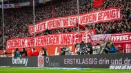 Der zuletzt entlassene Trainer in der Bundesliga: Fans von Fortuna Düsseldorf verabschieden sich von Friedhelm Funkel.