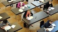 Schülerinnen und Schüler in Düsseldorf arbeiten an Abiturprüfungen im Fach Deutsch.