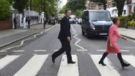 Ab ins wahre Leben: David Cameron wagt sich nicht nur auf den berühmten Zebrastreifen an der Abbey Road, um für den EU-Verbleib seines Landes zu werben.