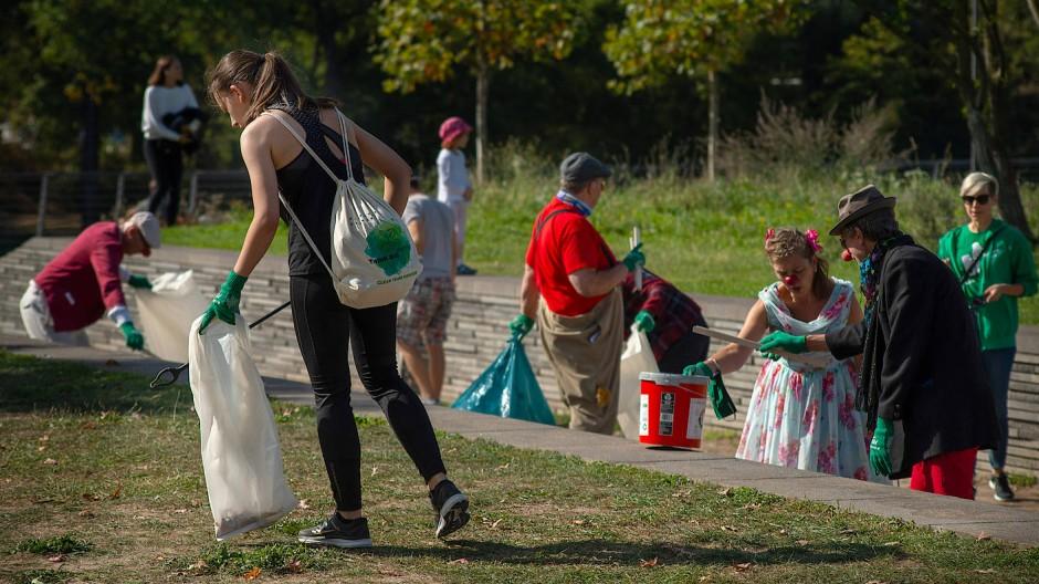 Freiwillige vor: Teilnehmer der Aktion sammeln Müll ein.