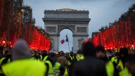 Paris: Demonstranten stehen vor dem Arc de Triomphe. Bei den Demonstrationen der «Gelben Westen» in Paris hat sich die Lage am Samstagnachmittag zugespitzt.