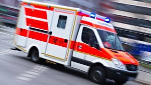 Kleinkind stirbt nach Sturz aus dem zweiten Stock