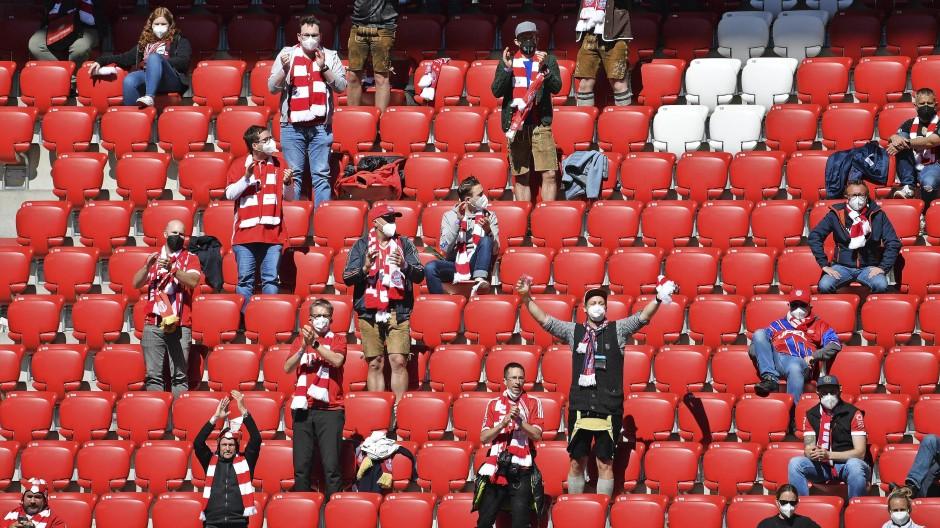 Wer darf ins Stadion? Einige Bayern-Fans haben den Hindernislauf im Mai geschafft.