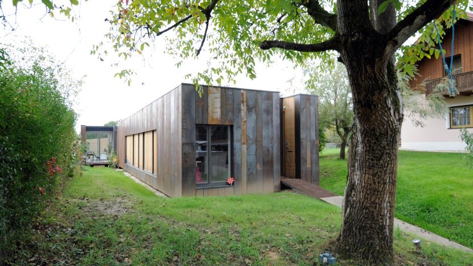 Ein Haus wie ein Schlauch: Das extrem schmale Grundstück erzwingt die längliche Form