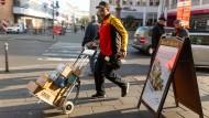 DHL Paketzusteller Vjekoslavb Stimac bei seiner Ausfahrt in der Frankfurter Innenstadt