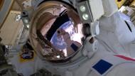 Astronauten führen Außenarbeiten an ISS durch
