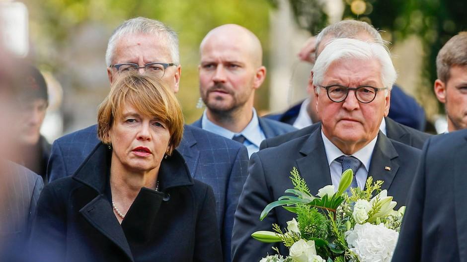 Bundespräsident Frank-Walter Steinmeier und seine Frau Elke Büdenbender am Tag nach dem Anschlag in Halle
