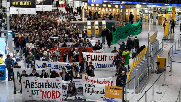 Über 500 Demonstranten am Flughafen in Frankfurt