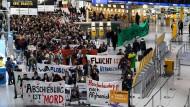 Frankfurter Flughafen: Hunderte demonstrieren gegen die Abschiebung aus Deutschland nach Afghanistan.