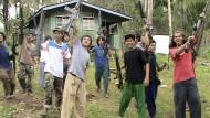 Mitglieder der Terrorgruppe Abu Sayyaf recken ihre Waffen in die Höhe (Archivbild Juni 2014)