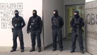 Vermummte Polizisten vor einem Wohnhaus im Märkischen Viertel in Berlin, das bei den Ermittlungen gegen den Moscheeverein durchsucht wurde.