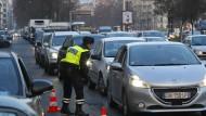 Szene aus dem Jahr 2016: Ein französischer Polizist stoppt in Paris ein Fahrzeug, das trotz eines Verbots in der Innenstadt fahren will.