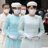 Japan schützt sich: Prinzessin Mako (vorne) und Prinzessin Kako besuchen am 6. November den Meiji-Jingu-Schrein.
