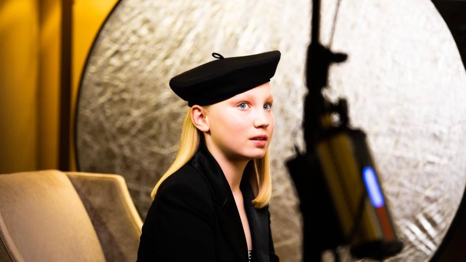 Der zwölfjährige Nachwuchsstar Helena Zengel wartet in Berlin auf die Bekanntgabe der Preisträger der Golden Globe Awards 2021.