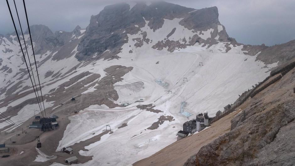 Eine Schneedecke schützt im Juli 2019 den Gletscher auf der Zugspitze. Doch lange wird er sich nicht mehr halten können.