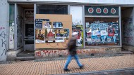 Leeres Schwerin: An der Fensterscheibe eines verlassenen Geschäfts kleben alte Konzertplakate.