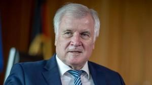 Seehofer sieht in AfD Gegner des Staates