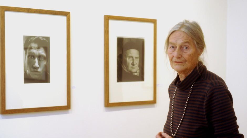 Evelyn Richter bei einer Ausstellung ihrer Werke in Dresden