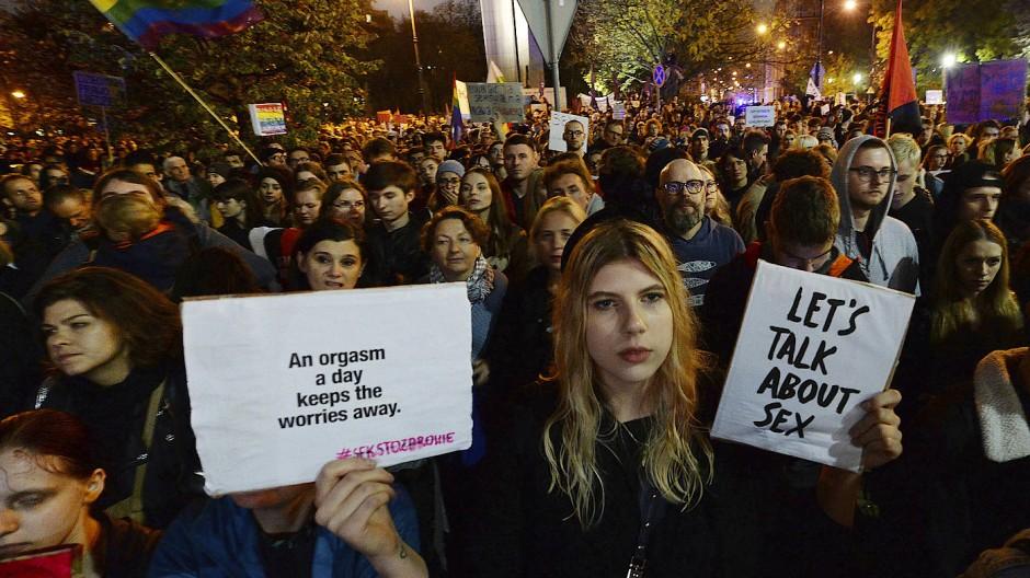 Menschen protestieren vor dem Parlament gegen ein Gesetzesvorhaben, mit dem Lehrer für Sexualkunde-Unterricht an Schulen mit bis zu drei Jahre Haft bestraft werden könnten.