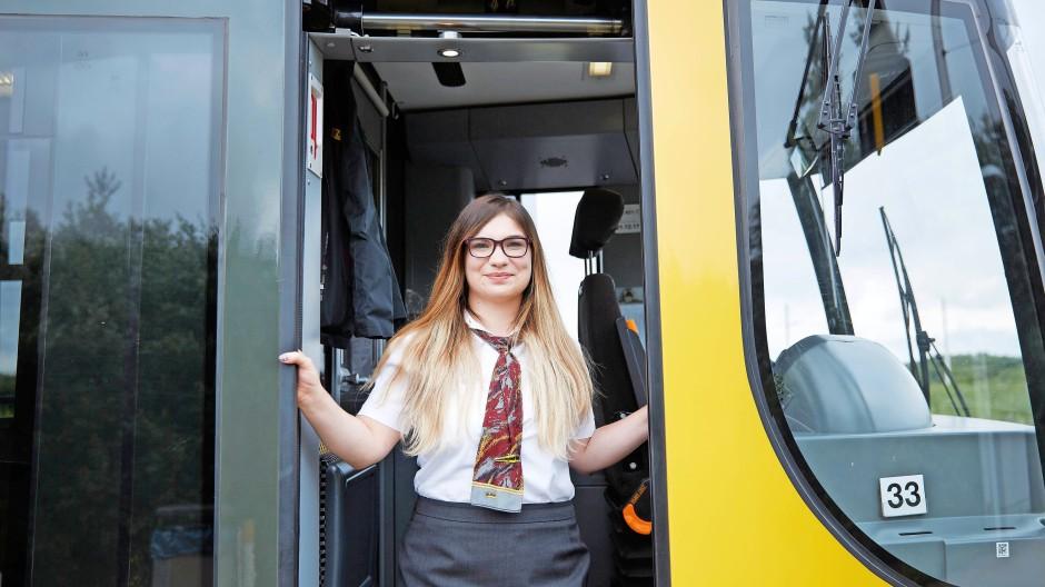Laura von Burski hat ihren Platz in der Linie 7 in Dresden sicher: im Führerstand.
