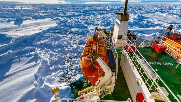Eisbrecher kann eingeschlossenes Schiff nicht erreichen