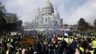 """Nach dem Demonstrationsverbot für die Champs-Élysées zogen die """"Gelbwesten"""" in Richtung der Kirche Sacré-Coeur."""