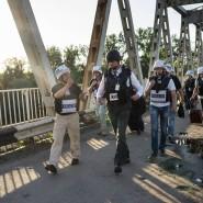 Sie zählen die Schüsse und vermessen die Einschläge: Alexander Hug mit weiteren OSZE-Beobachtern