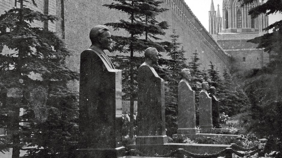 Sergej Lebedew leuchtet die russische Geschichte kritisch aus, hier wird sie in Ehren gehalten: Gräber an der Kremlmauer.