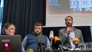 """Die Aktivisten vom """"Zentrum für Politische Schönheit"""", Cesy Leonard, Stefan Pelzer und Philipp Ruch, äußern sich bei einer Pressekonferenz zur Aktion """"Wir haben etwas zur Aufklärung von Chemnitz beizutragen""""."""