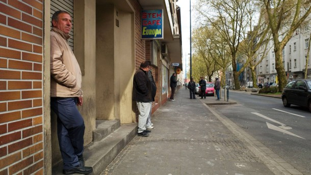 Dortmunder Roma -  Mehrere tausend Angehörige der ethnischen Minderheit, die aus demselben Ort in Rumänien stammen, prägen die Dortmunder Nordstadt: Prostitution, Tagelöhnerei und Clanstrukturen werden ihnen angelastet.
