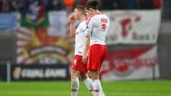 Leipzigs Willi Orban (links) und Yussuf Poulsen nach dem Abpfiff der Partie gegen Rosenborg BK Trondheim