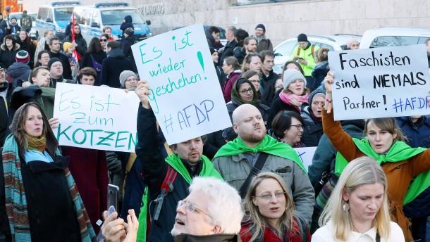 Tausende bei Demonstrationen gegen Kemmerich-Wahl