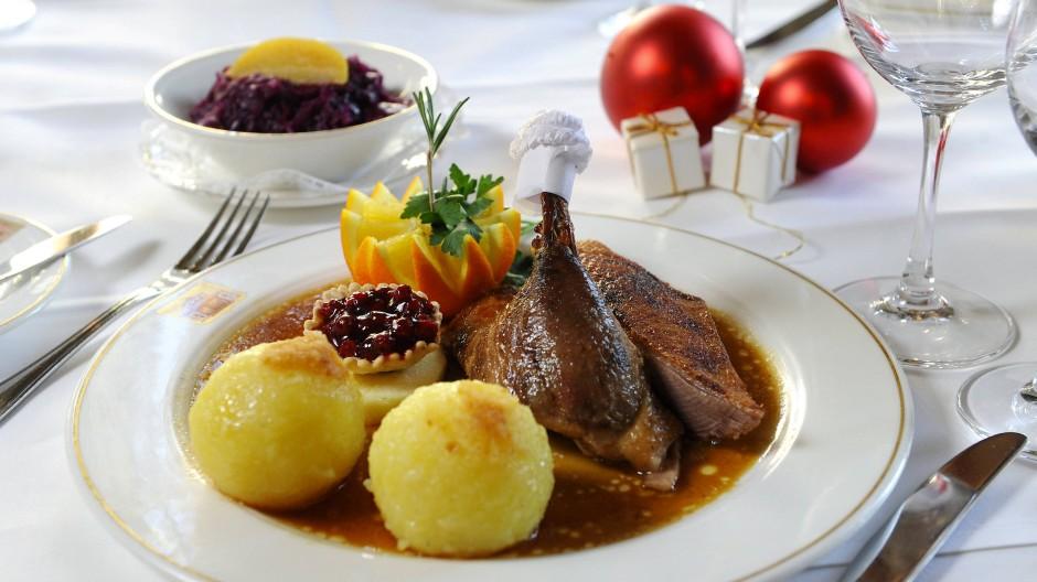 Gans? Würstchen mit Kartoffelsalat? Ente? Wild? Essen an Heiligabend und Weihnachten ist ein vieldiskutiertes Thema.