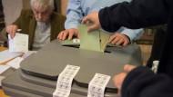 Bewährtes Verfahren: Wie in diesem Gießener Wahllokal wachen zahlreiche Helfer darüber, dass alles mit rechten Dingen zugeht.