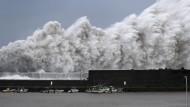 Hohe Wellen des Taifuns Jebi brechen an Wellenbrechern in einem Hafen von Aki in Japan.