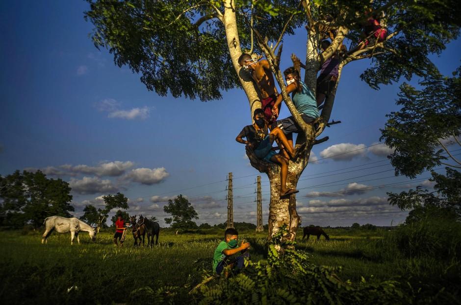 Auch beim Spielen tragen viele Kinder eine Maske, wie hier in Wajay, einem Stadtteil im Süden von Havanna.