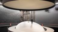 """Als wäre man im All unterwegs: Mateja Koležnik steht im Großen Haus des Schauspiels Frankfurt, im Bühnenbild von """"Yvonne, die Burgunderprinzessin""""."""