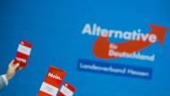 Delegierte der AfD Hessen zeigen bei einer Abstimmung ihre Stimmkarten (Archivbild).