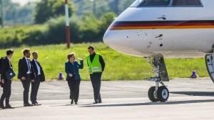 Auto fährt gegen Merkels Flugzeug