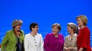 Bundeskanzlerin Merkel mit Kulturstaatsministerin Grütters, CDU-Generalsekretärin Kramp-Karrenbauer, Verteidigungsministerin von der Leyen und Landwirtschaftsministerin Klöckner (von links)