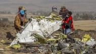 Rettungskräfte arbeiten an der Absturzstelle des Fluges 302 der Ethiopian Airlines in der Nähe von Bishoftu, südlich von Addis Abeba.
