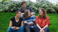Klimaaktivisten: Helena, Emil, Lu Ann und Jenny (v.l.) in einer Grünanlage in Frankfurt