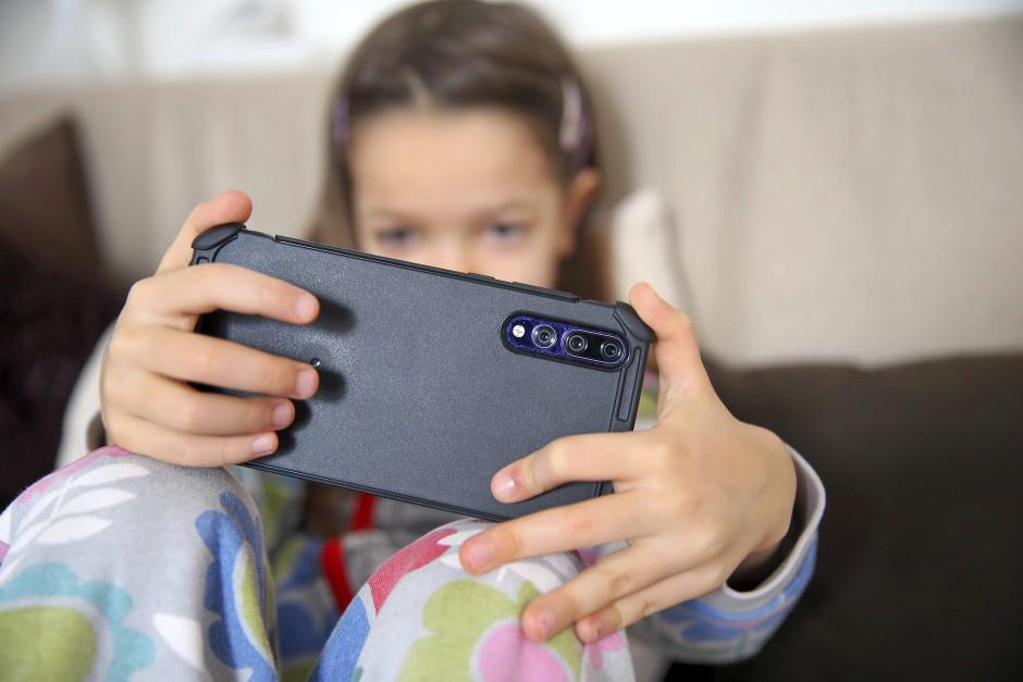 Kinderfotos in den sozialen Netzwerken zu teilen, birgt einige Gefahren in sich.